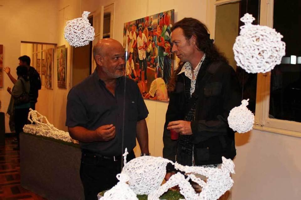 Tony Manglou et Richard Blancquart entourés de sulptures en résine